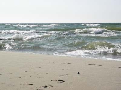 На зеленоградском пляже в ненастный день: море очень красиво